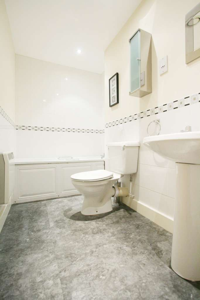 2 bed flat to rent in Newcastle Under Lyme  - Property Image 6