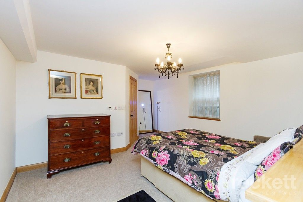 3 bed flat to rent  - Property Image 11