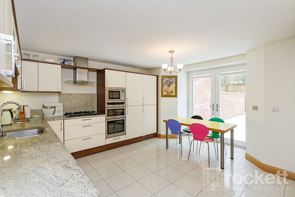 3 bed flat to rent  - Property Image 6