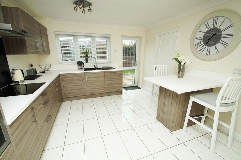 4 bed house for sale in Riverside Close 2