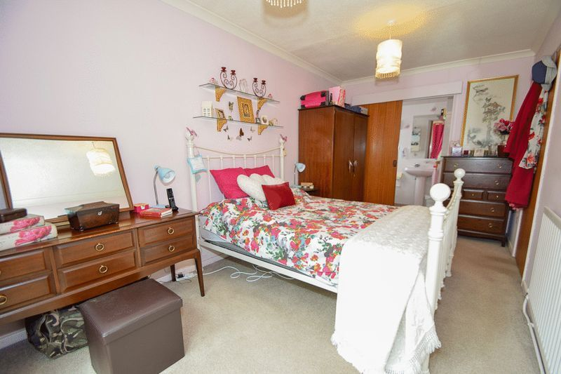 3 bed bungalow for sale in Austcliff Close 11