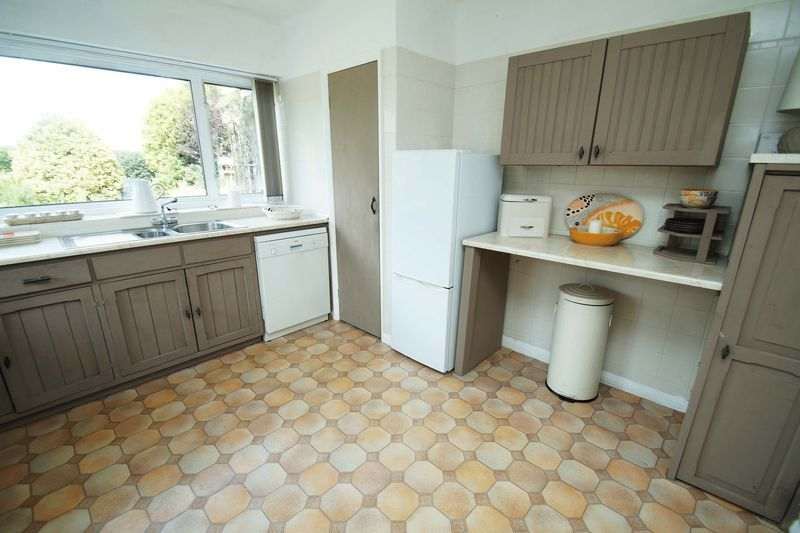 3 bed bungalow for sale in Love Lane 8