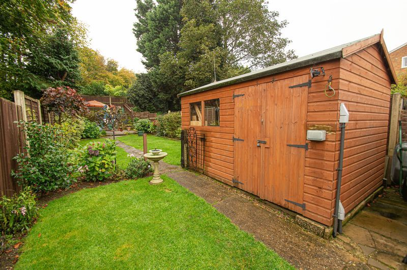 3 bed house for sale in Fox Lane 16