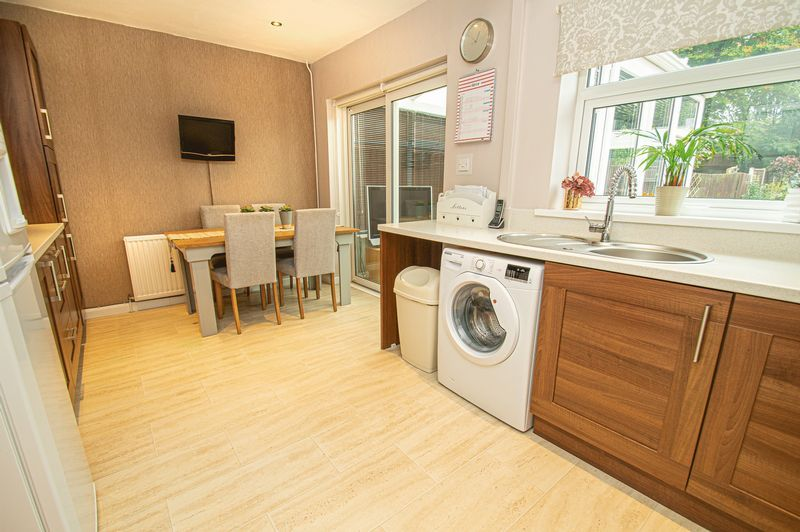 3 bed house for sale in Fox Lane 6
