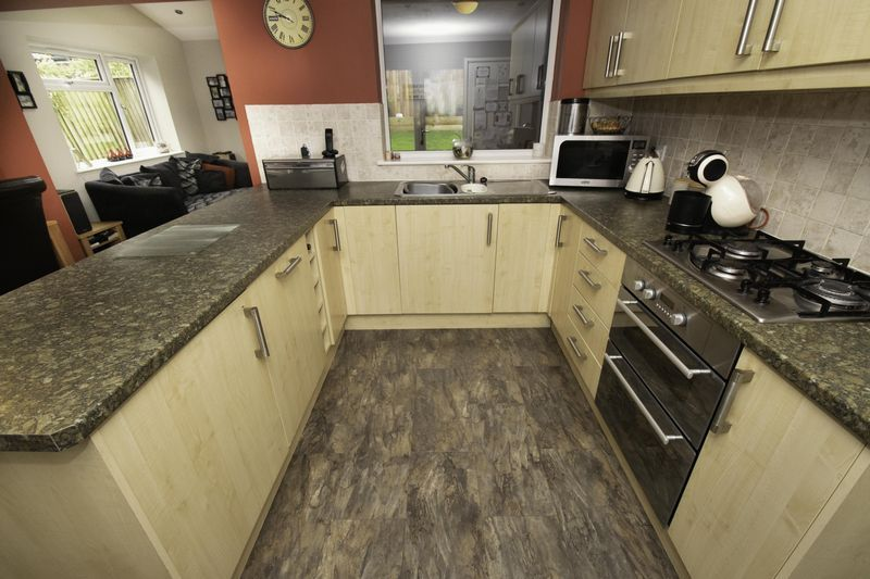 4 bed house for sale in Saxon Drive 7