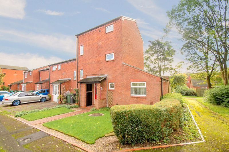 4 bed house for sale in Upper Field Close 1