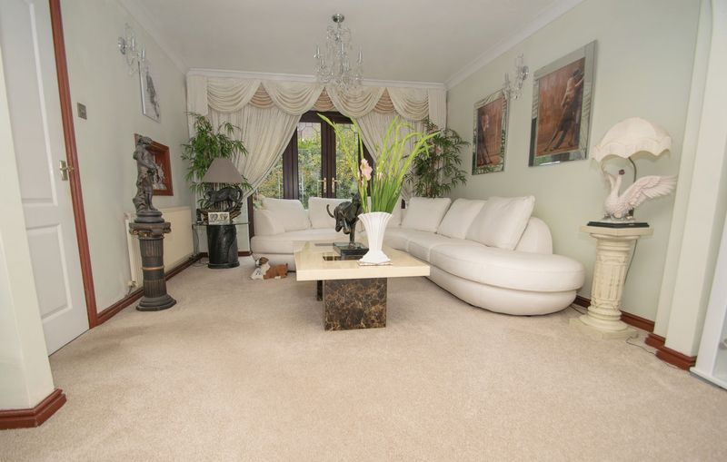 4 bed house for sale in Hill Top Avenue  - Property Image 3