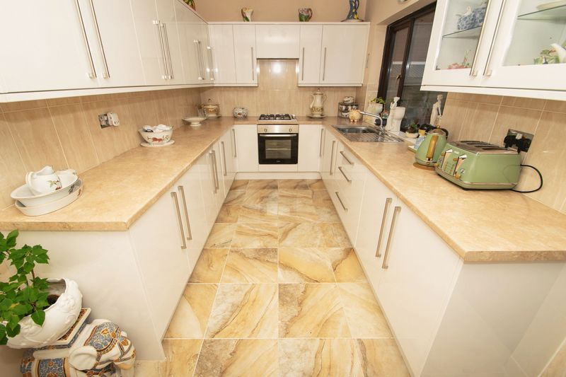 4 bed house for sale in Hill Top Avenue  - Property Image 5