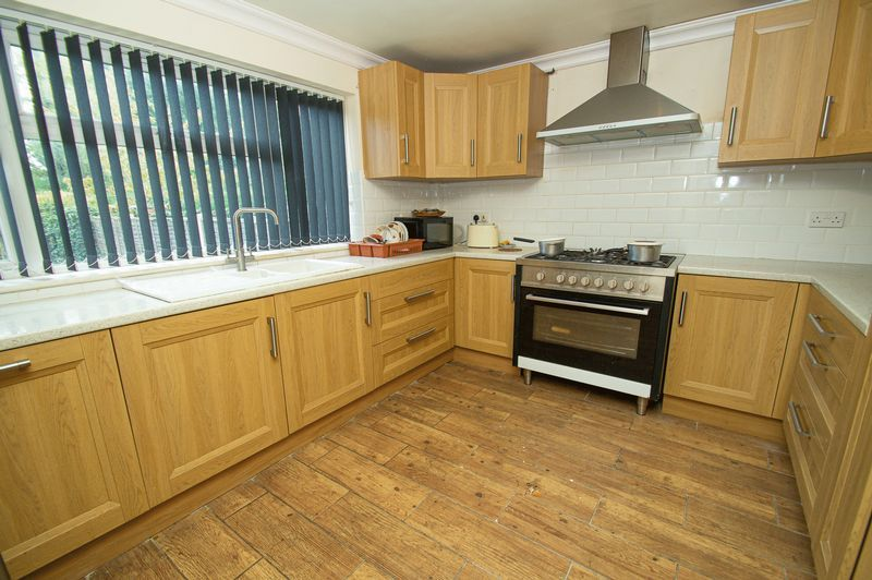 5 bed house for sale in Vicarage Road 3