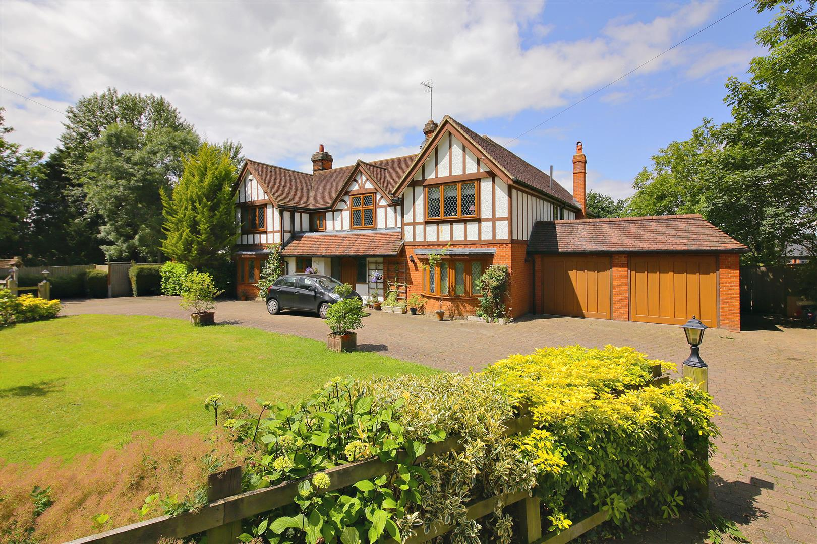 6 bed to rent in Elstree - Property Image 1