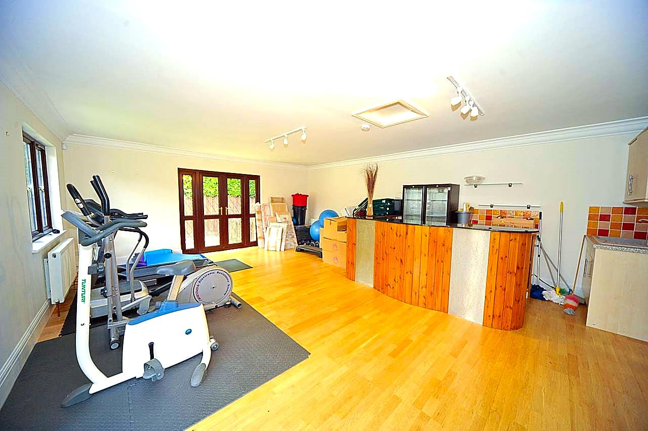 5 bed to rent - (Property Image 5)