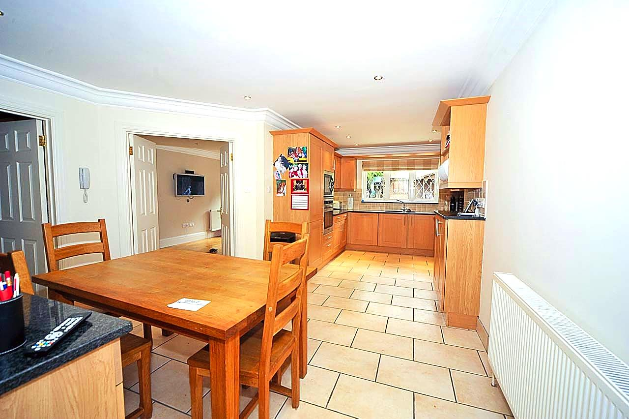 5 bed to rent - (Property Image 2)