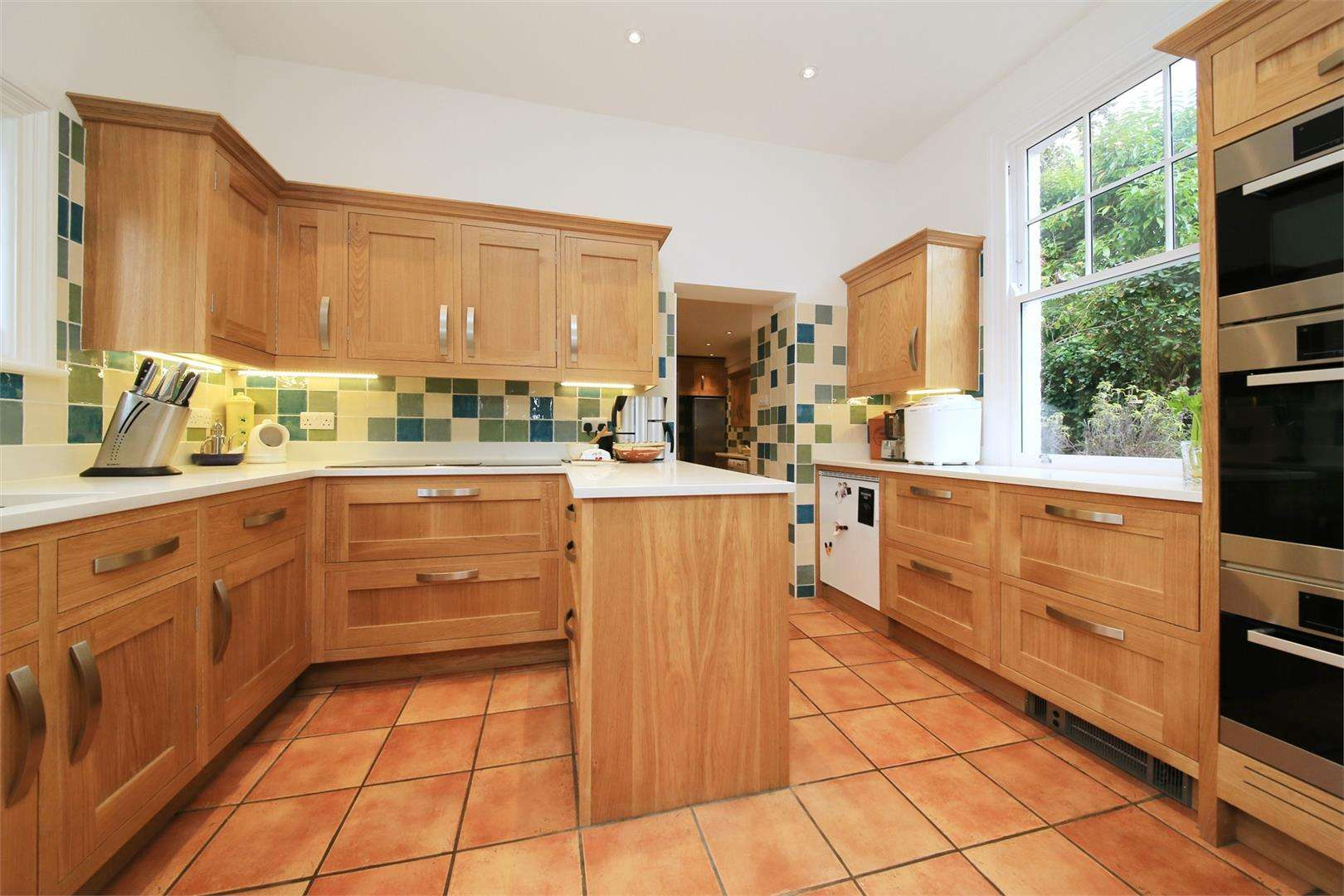 5 bed to rent - (Property Image 1)