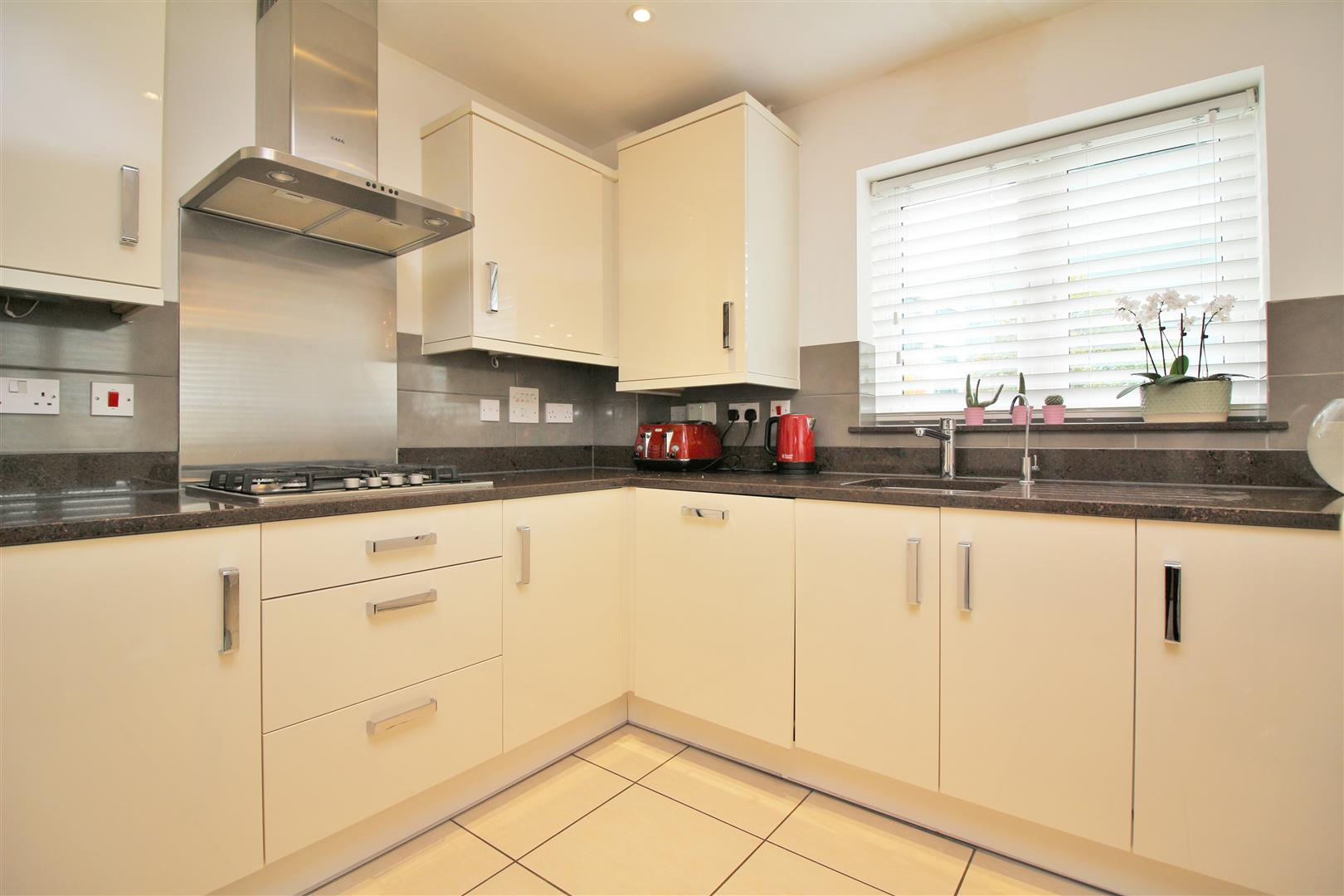 4 bed to rent in Leavesden - (Property Image 7)