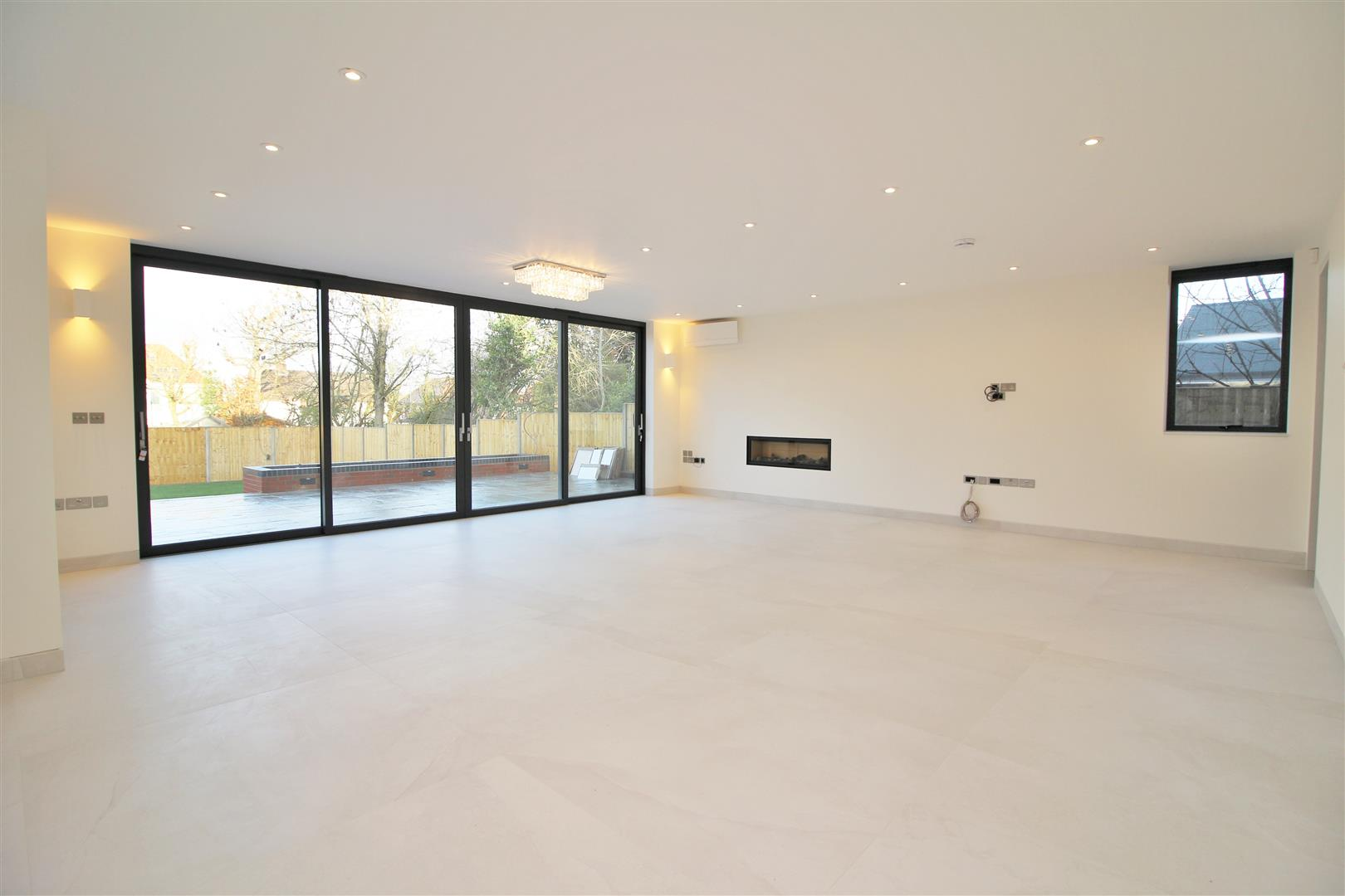 7 bed to rent - (Property Image 1)