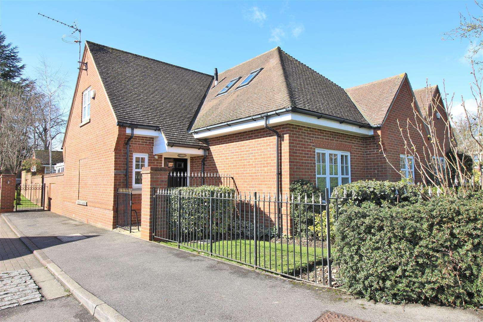 4 bed to rent in Bushey Heath - Property Image 1