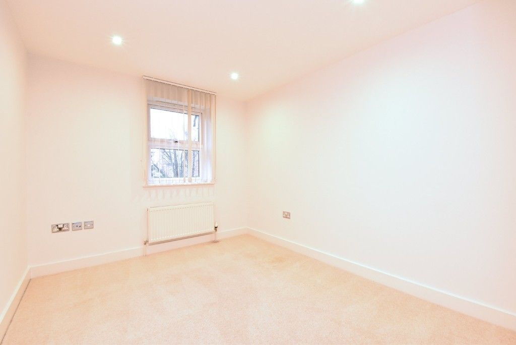 2 bed flat to rent in Lansdowne Road  - Property Image 8