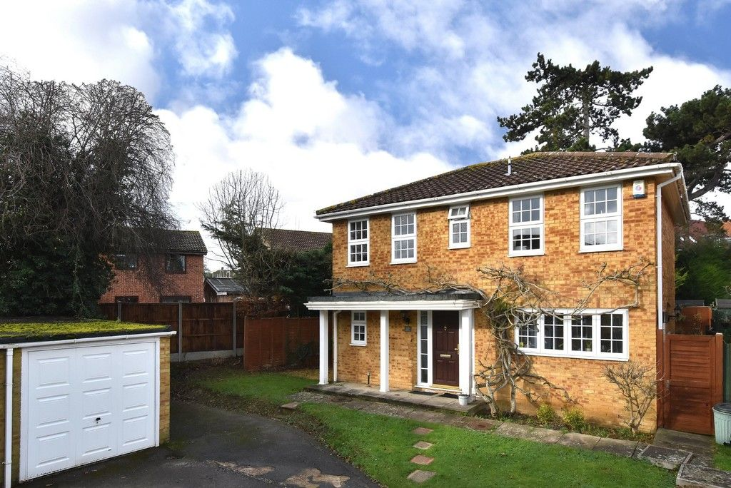 4 bed House for sale on Paddock Close, Farnborough