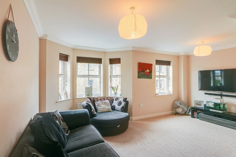 4 bed House to rent in Horton Crescent - Lounge (Property Image 1)