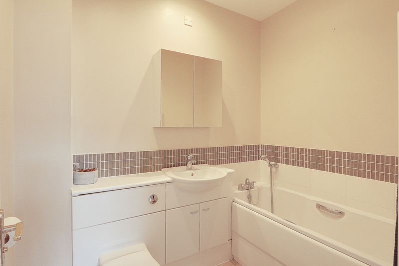 4 bed House to rent in Horton Crescent - Family Bathroom (Property Image 4)