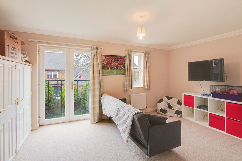 4 bed House to rent in Horton Crescent - Master Bedroom (Property Image 5)