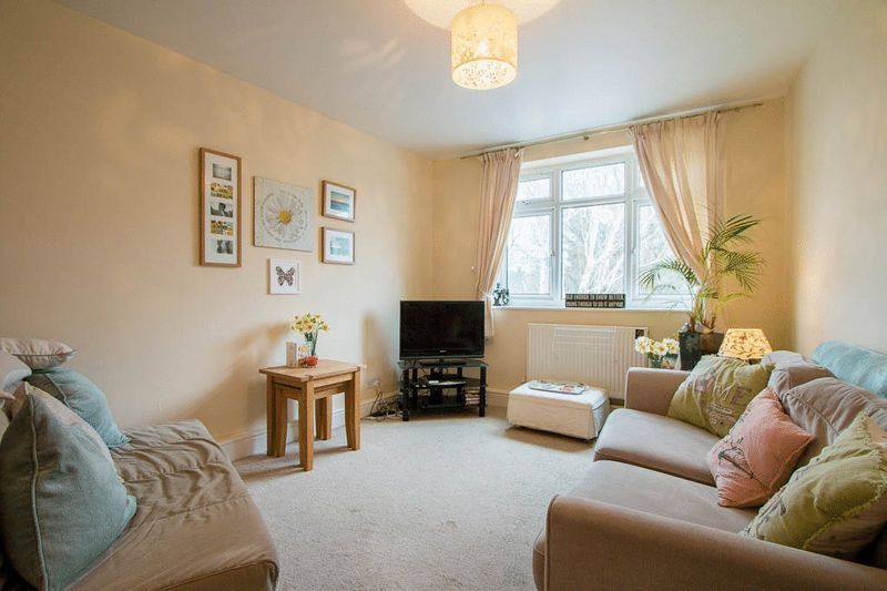 1 bed Flat to rent in High Street - Lounge (Property Image 1)