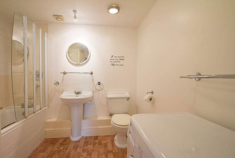 1 bed Flat to rent in High Street - Bathroom (Property Image 4)