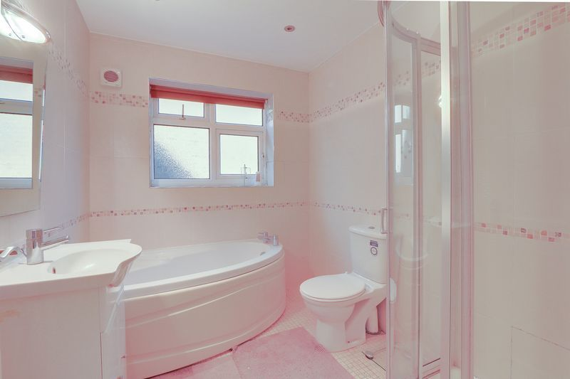 5 bed House for sale in Harkness Close - Family Bathroom (Property Image 14)