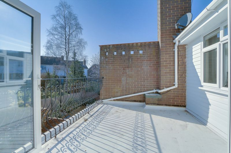 5 bed house for sale in Harkness Close  - Property Image 4