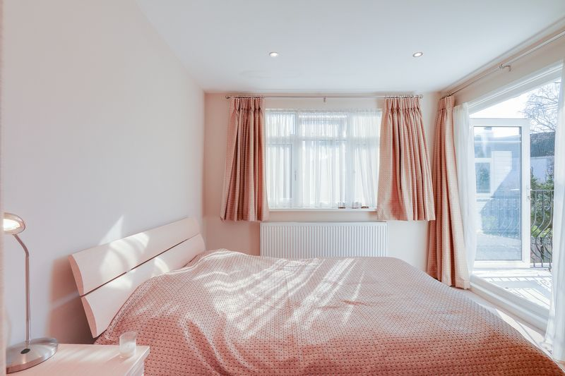 5 bed house for sale in Harkness Close  - Property Image 9