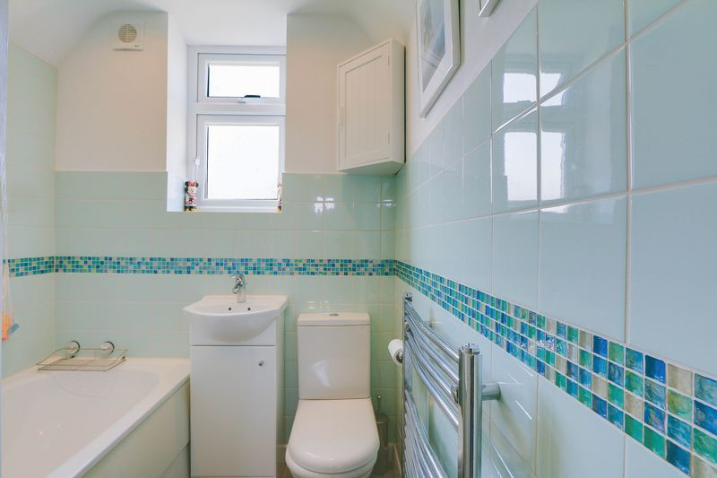 4 bed House to rent in Lower Hill Road - Family Bathroom (Property Image 12)