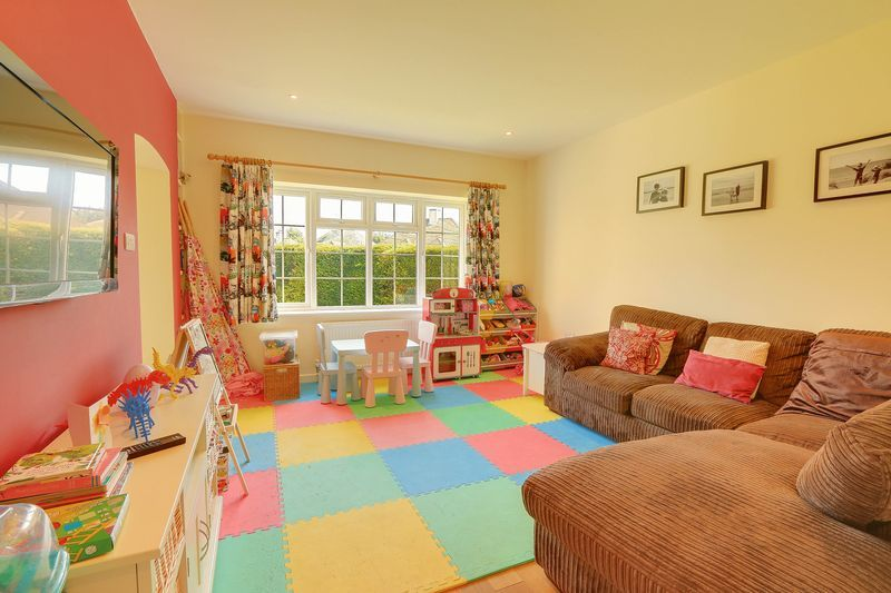 4 bed House to rent in Lower Hill Road - Family Room (Property Image 3)