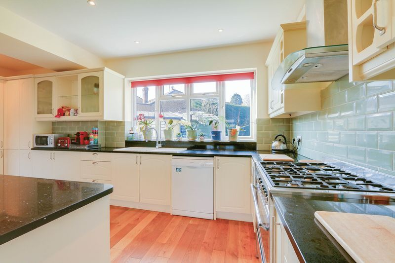 4 bed House to rent in Lower Hill Road - Kitchen (Property Image 4)