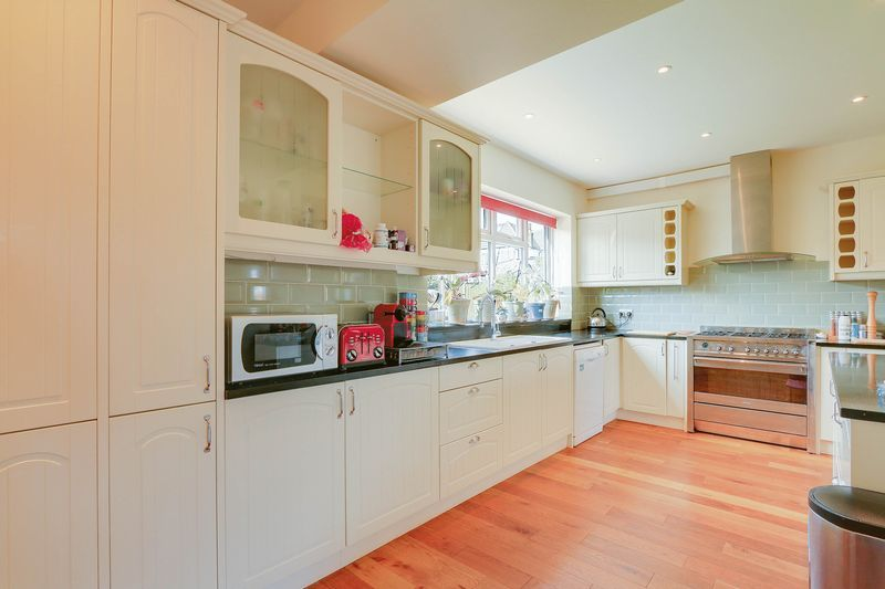 4 bed House to rent in Lower Hill Road - Kitchen (Property Image 5)