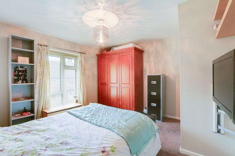 3 bed House for sale in Gale Crescent - Master Bedroom (Property Image 7)