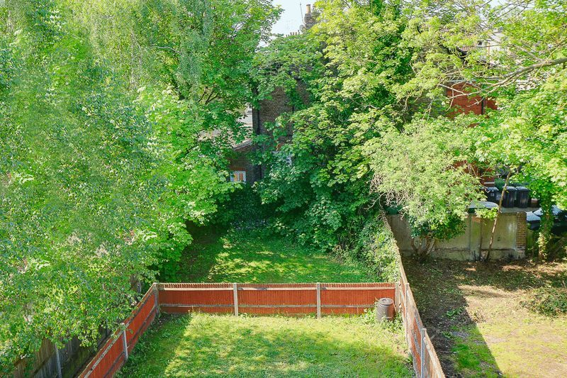 1 bed Flat to rent in Croham Road - Rear Garden area (Property Image 6)