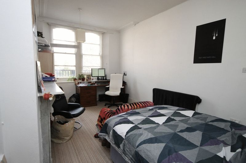 5 bed flat to rent in Clifton Park Road  - Property Image 2