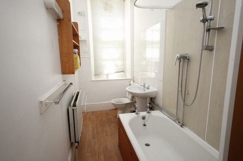 5 bed flat to rent in Clifton Park Road  - Property Image 9