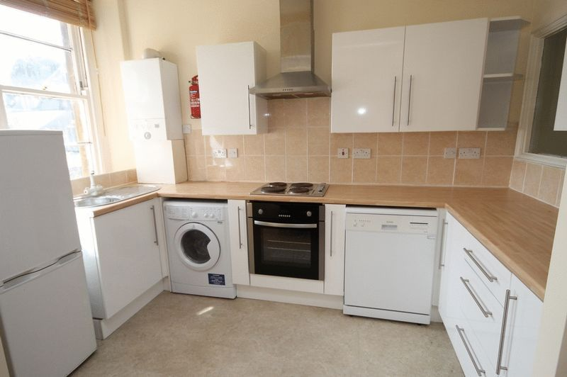 2 bed Flat to rent on Clifton Park Road - Property Image 2