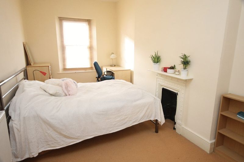 2 bed Flat to rent on Clifton Park Road - Property Image 4