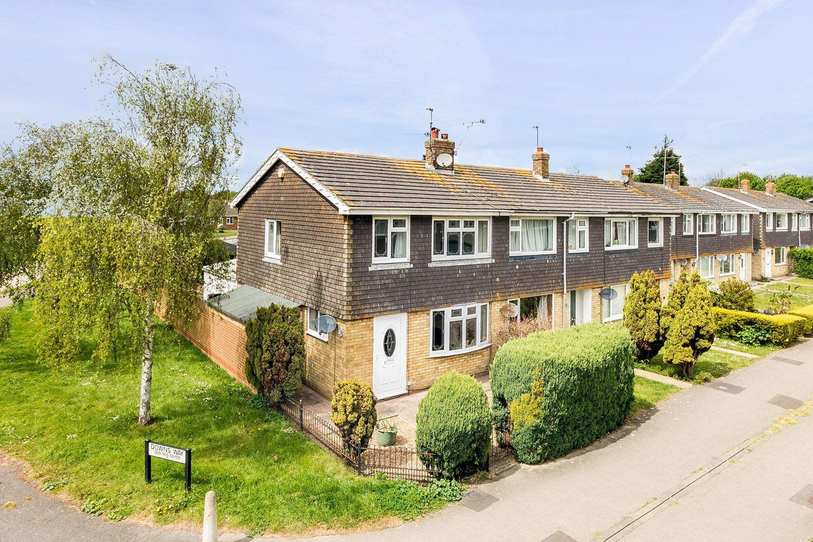 3 bed house to rent in Downs Way 1