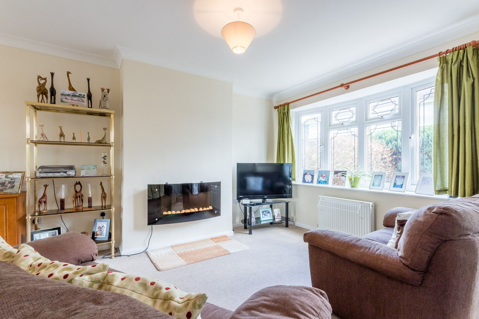 3 bed house to rent in Downs Way 10