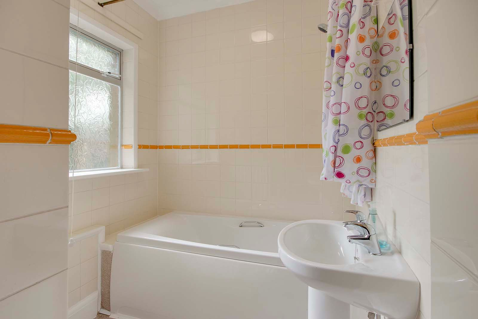 2 bed Apartment to rent in Worthing - Bathroom (Property Image 8)