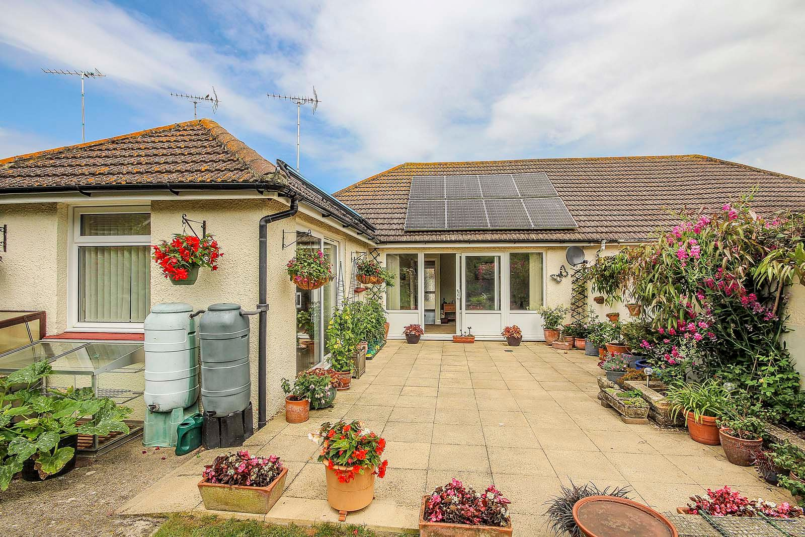 2 bed bungalow for sale in Grand Avenue 9