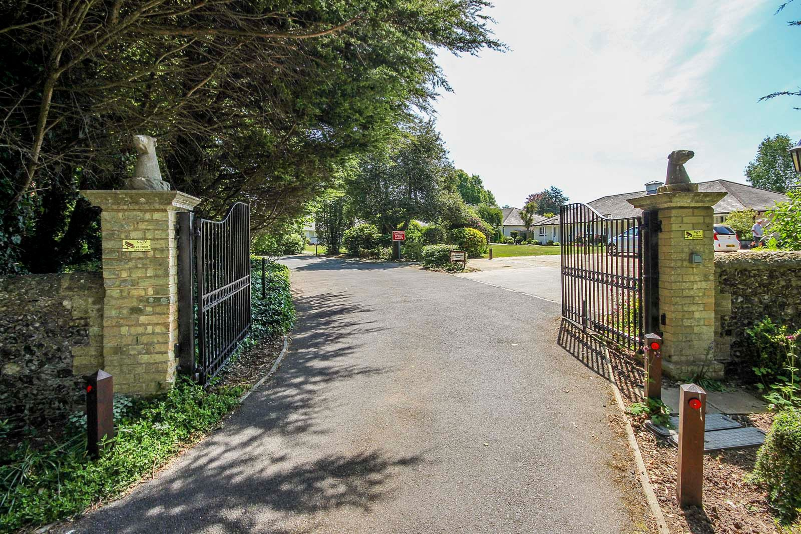 2 bed bungalow for sale in Preston Paddock 15