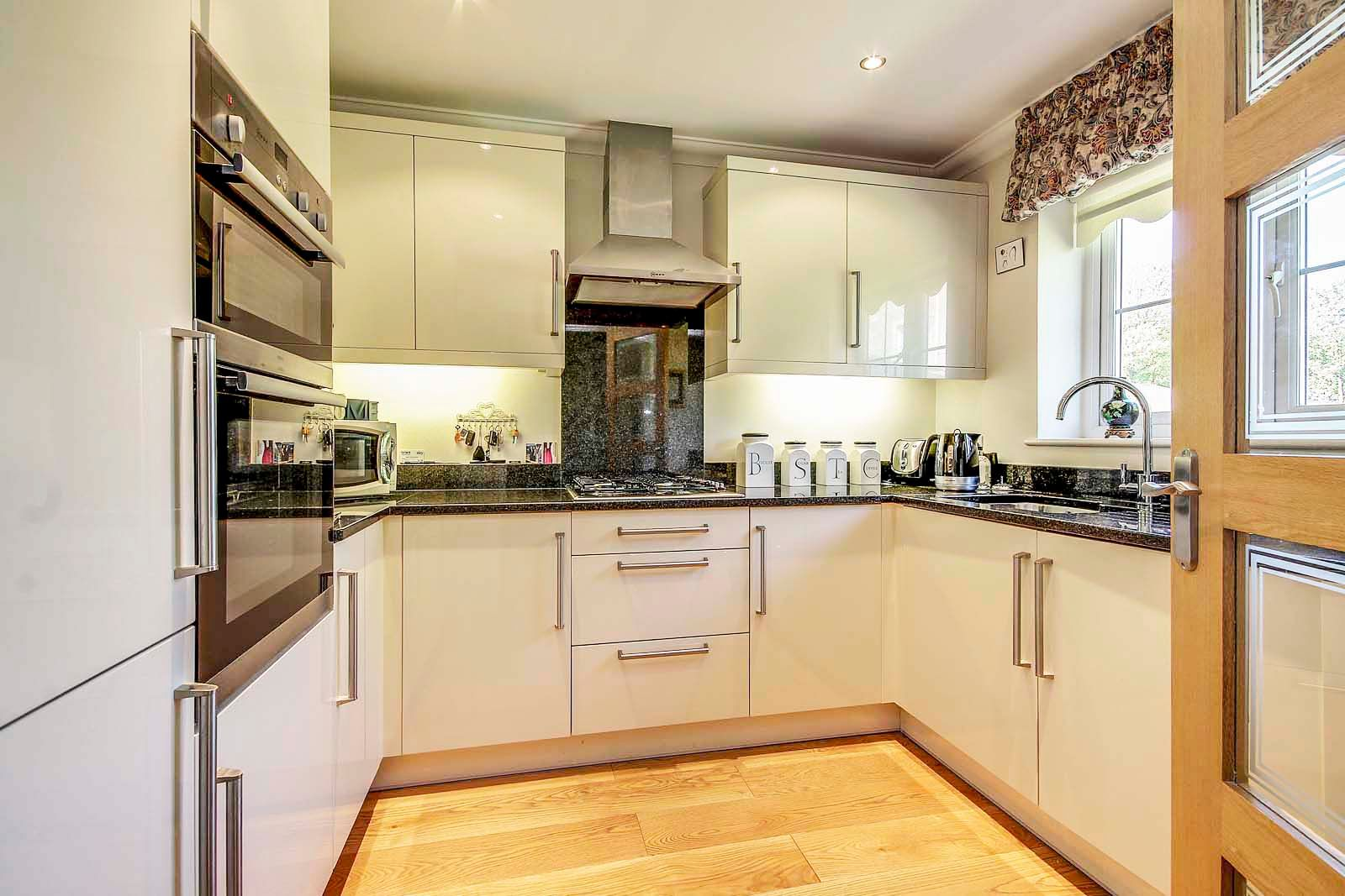 2 bed bungalow for sale in Preston Paddock 5