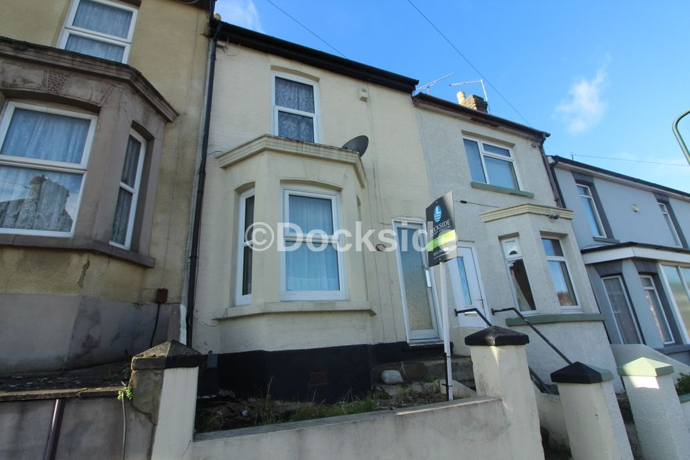 3 bed house to rent in Victoria Road, ME4