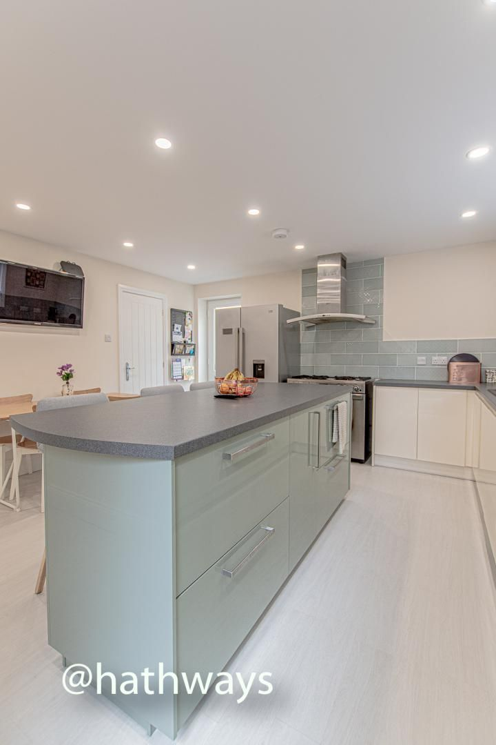 4 bed house for sale in Queens Hill Crescent 16