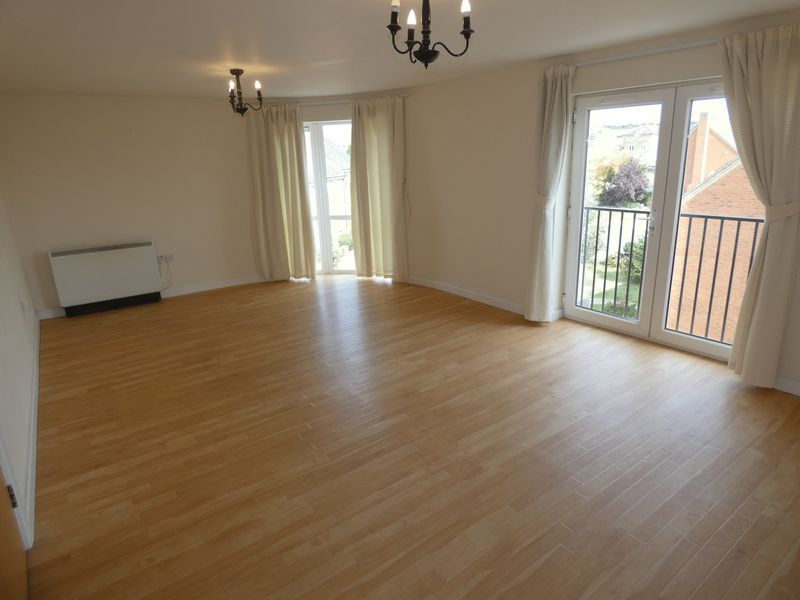 2 bed flat to rent in Warren Court 2