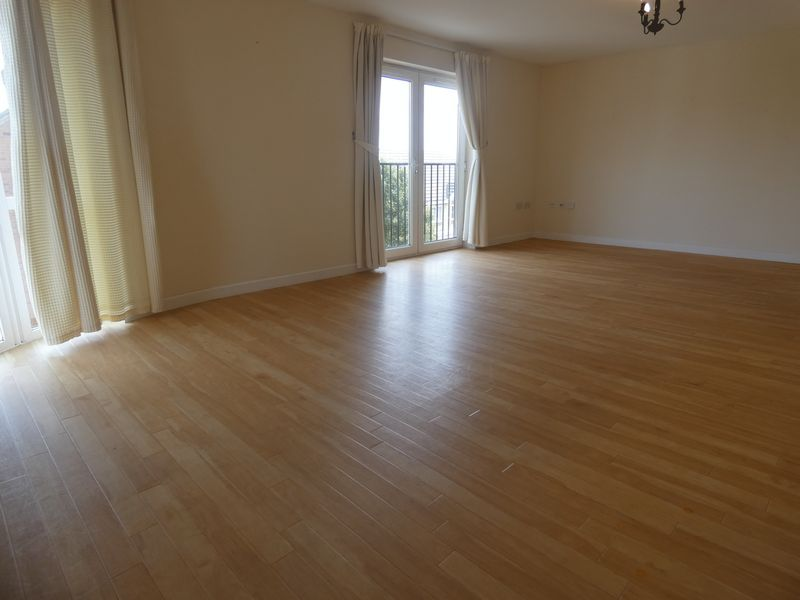 2 bed flat to rent in Warren Court 3
